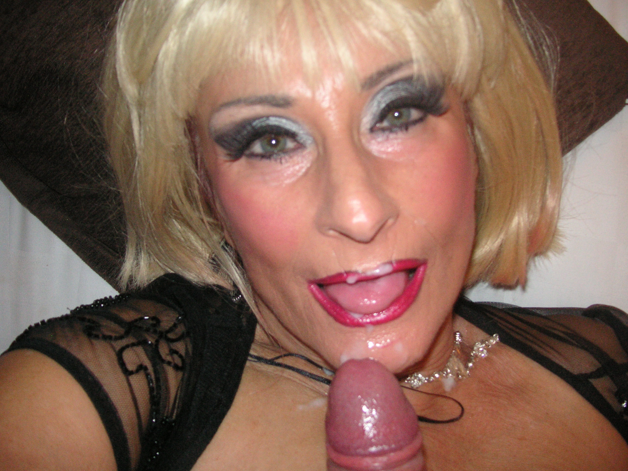 busty mature blonde fingers her wet pussy