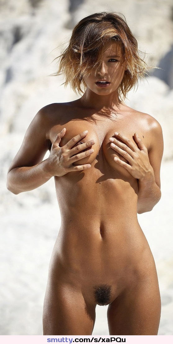 artist faith hill showing her beautiful body while banging